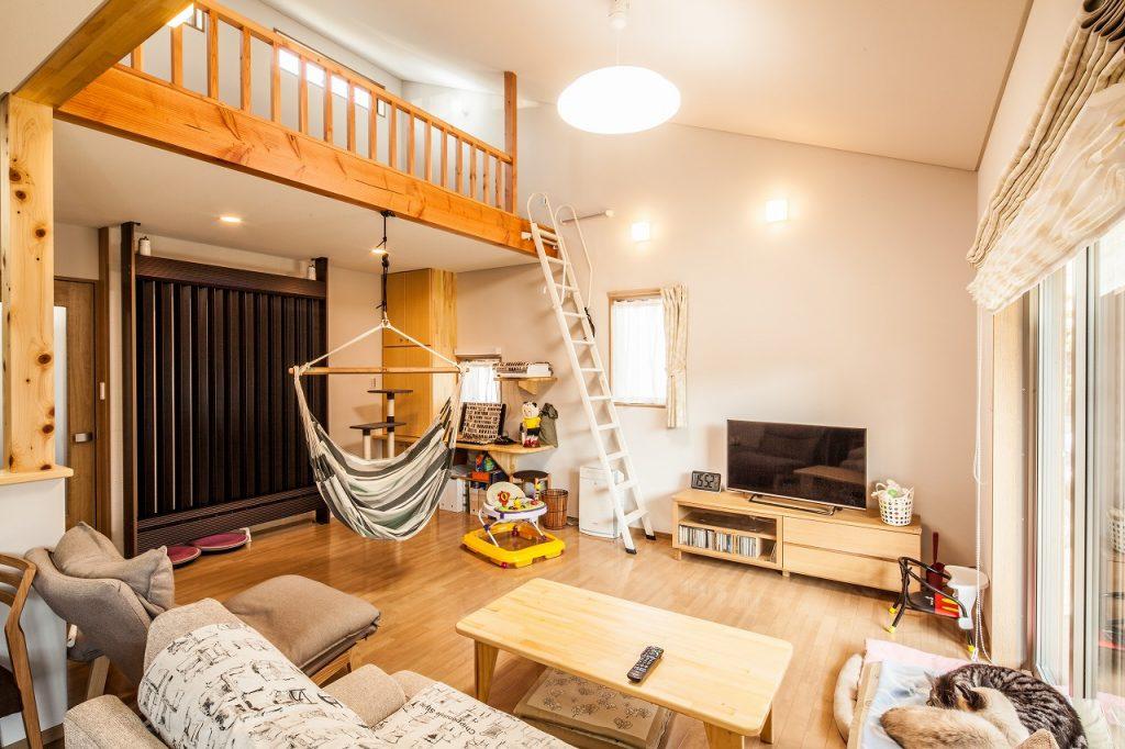 岐阜で建てた注文住宅のロフトがあるリビング