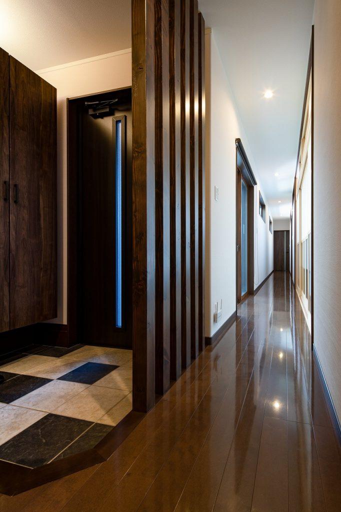 羽島市で建てた注文住宅の玄関と長い廊下