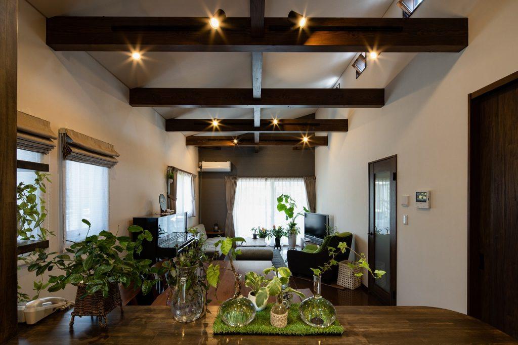 羽島市で建てた注文住宅の梁見せ天井のリビング