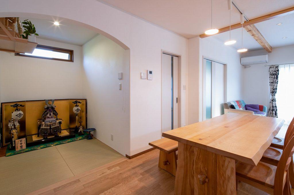 羽島市で建てた注文住宅のダイニングと畳コーナー