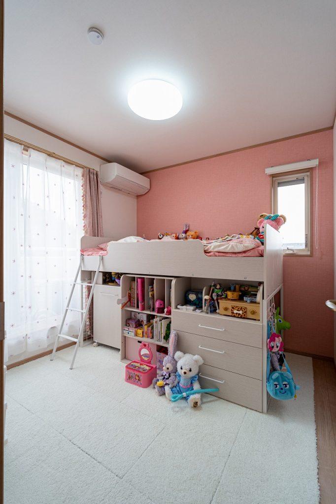 クロスがピンク色の子供部屋